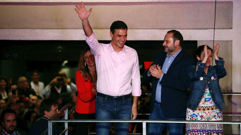 Pedro Sánchez y José Luis Ábalos, tras la victoria electoral de abril de 2019. (EFE)