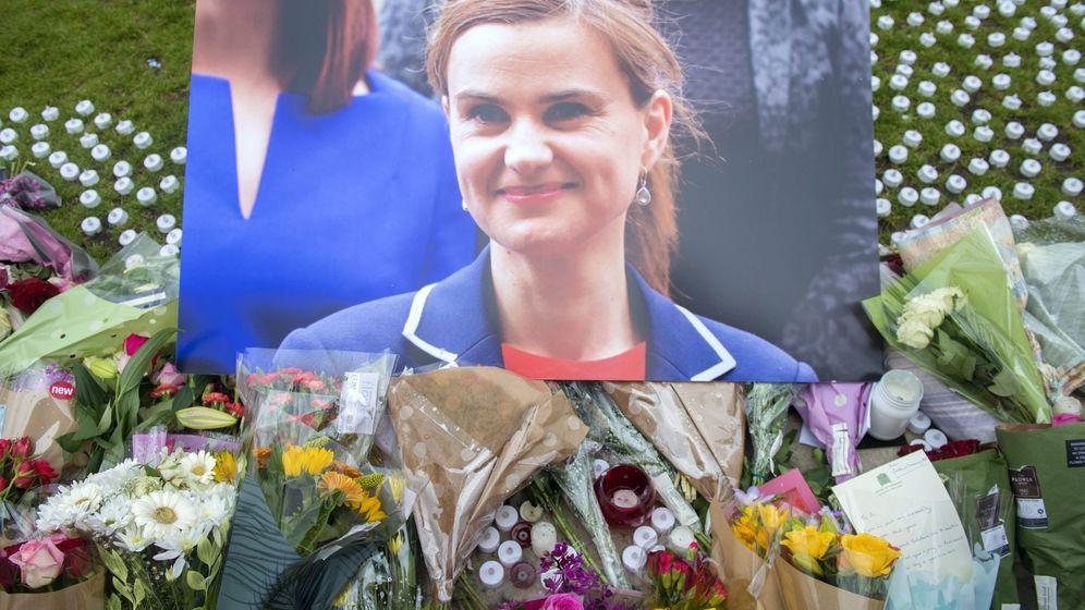 Foto: Homenaje a la diputada laborista Jo Cox junto al Parlamento británico en Londres. (EFE)