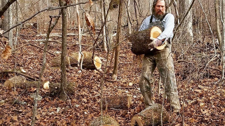 Darren Burrows, cortando troncos en su finca de Misuri.