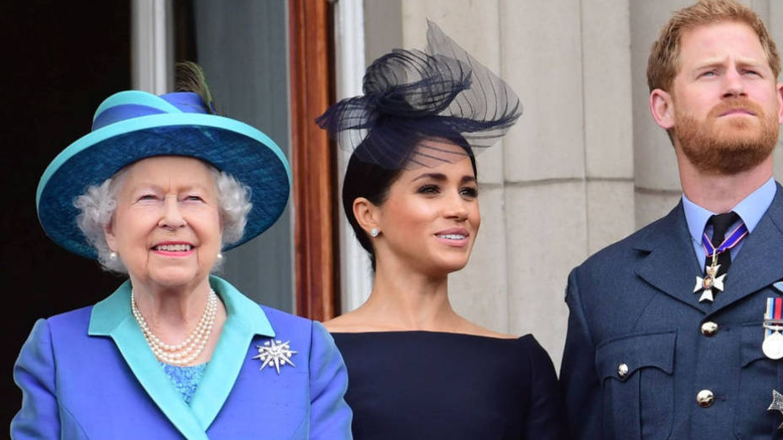 Isabel II, junto a Meghan y Harry. (Reuters)