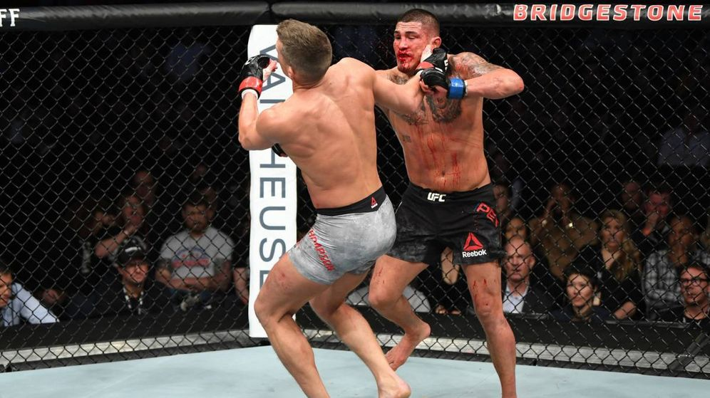 Foto: Pettis (pantalón negro) venció a Thompson por KO. (Foto: UFC)