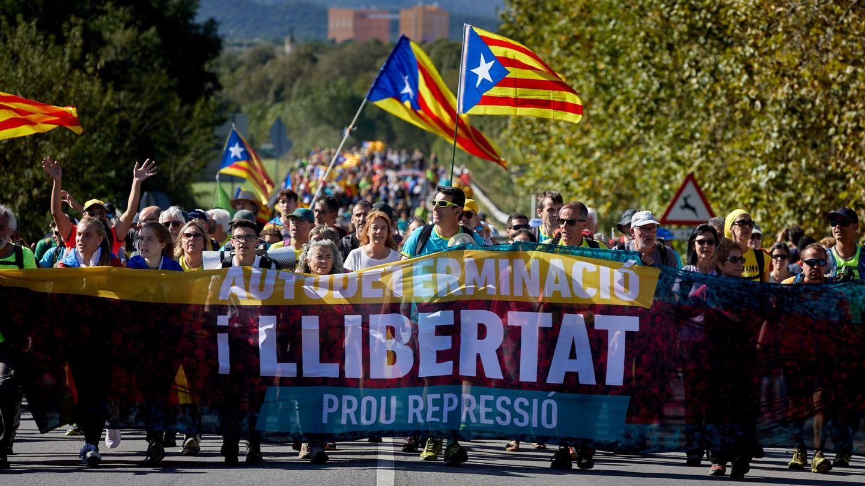 Simpatizantes independentistas caminan por la AP-7. (EFE)