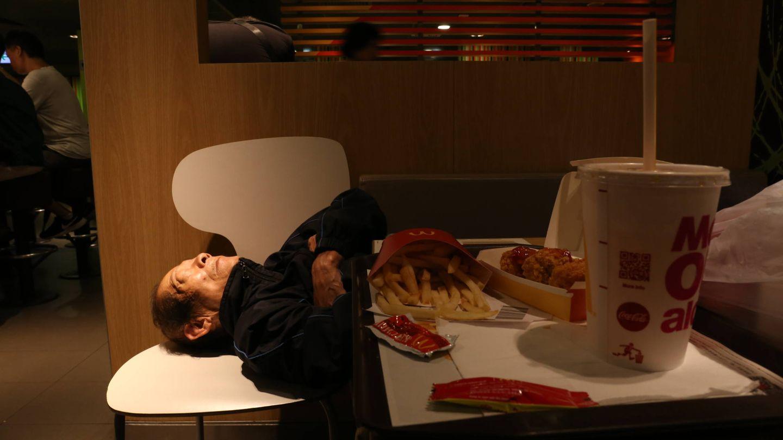 El amigo del señor Chung duerme en un McDonald's de Hong Kong. (I. Arana)