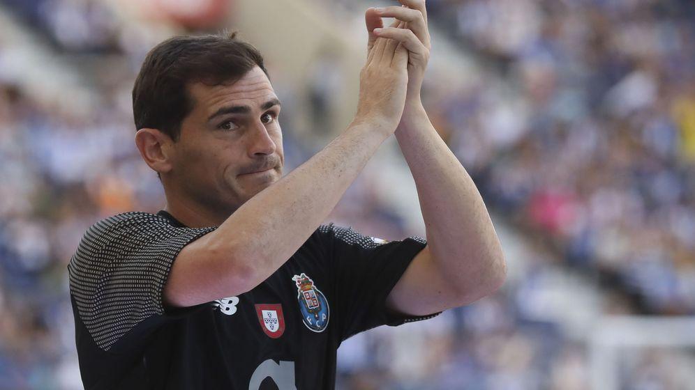 Foto: Iker Casillas saluda a su afición antes del amistoso ante el Newcastle. (EFE)