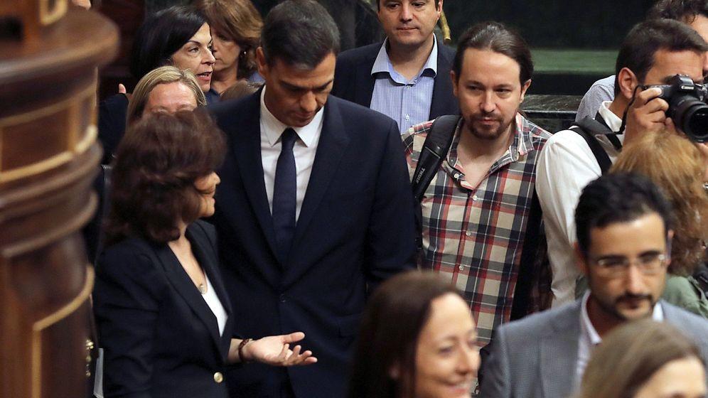 Foto: El presidente del Gobierno, Pedro Sánchez, acompañado de la vicepresidenta, Carmen Calvo, y el líder de Podemos, Pablo Iglesias. (EFE)
