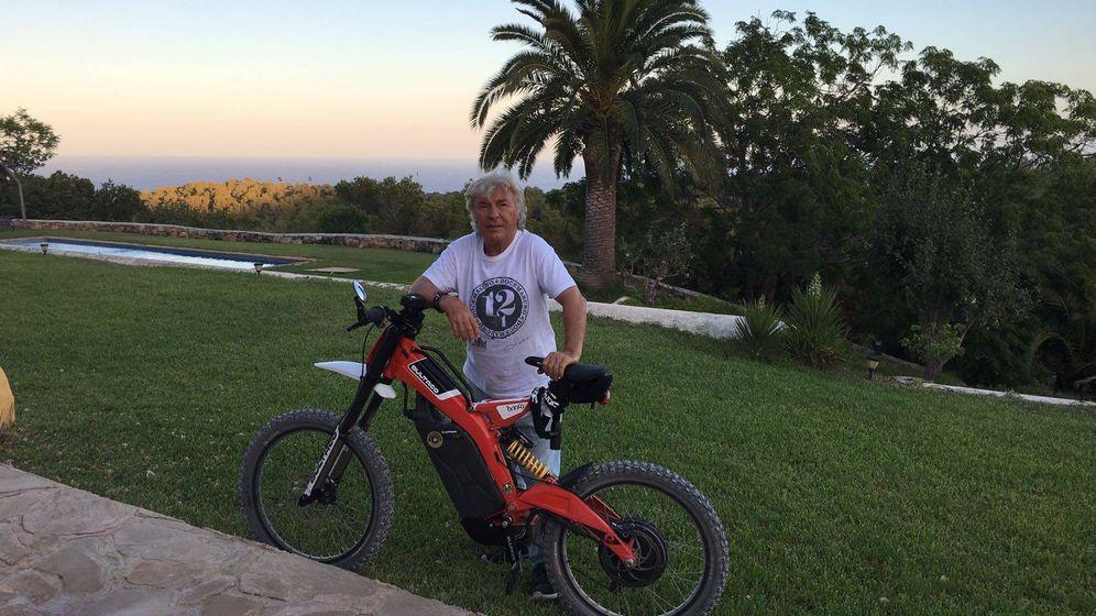 Foto: El campeón del mundo de motociclismo Ángel Nieto posa con una Bultaco Brinco R.
