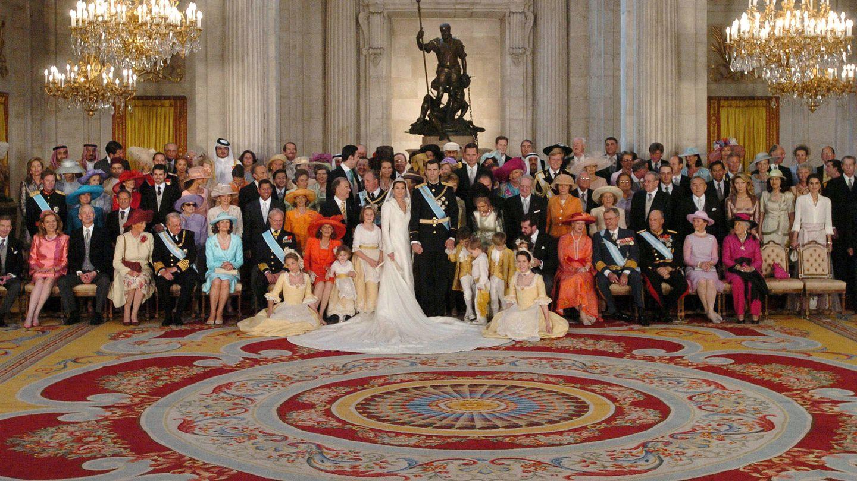 La foto de los novios con parte de los invitados. (Getty)