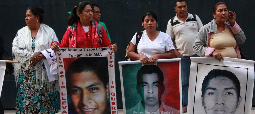 Foto: Varios padres de los 43 estudiantes desaparecidos en Iguala en una protesta el pasado 15 de enero. (EFE)