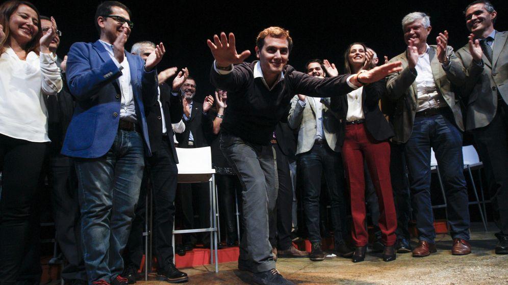 Foto: Alvert Rivera saluda al público en un acto de Ciudadanos, el sábado en Barcelona. (EFE)
