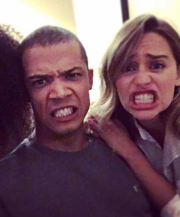 Foto: Emilia Clarke con un compañero de rodaje (Instagram)