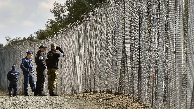 Valla fronteriza provisional entre Hungría y Serbia (EFE)