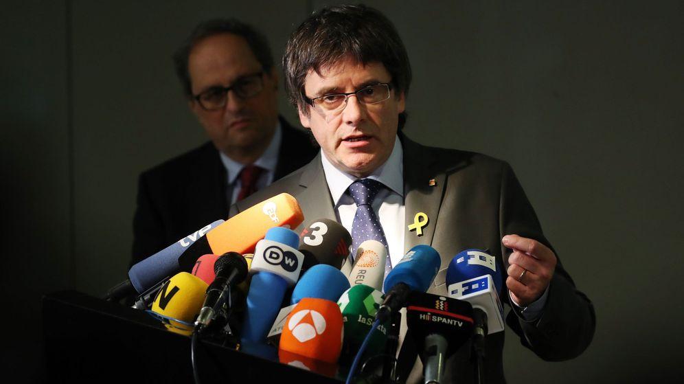 Foto: El expresidente catalán Carles Puigdemont da una rueda de prensa en presencia de su sucesor. (EFE)