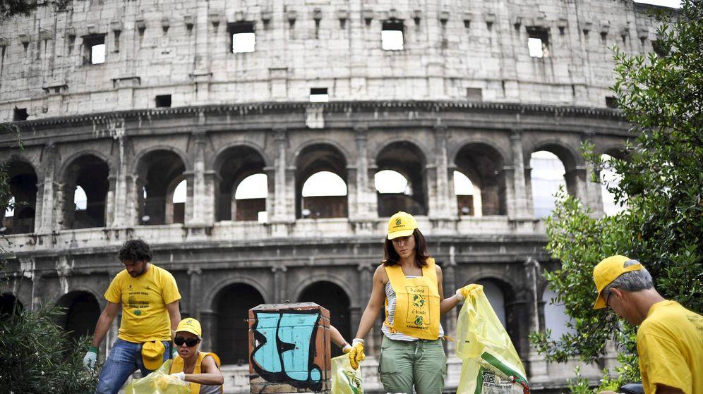 Foto: Miembros de una ONG recogen basura junto al Coliseo de Roma. (Efe)