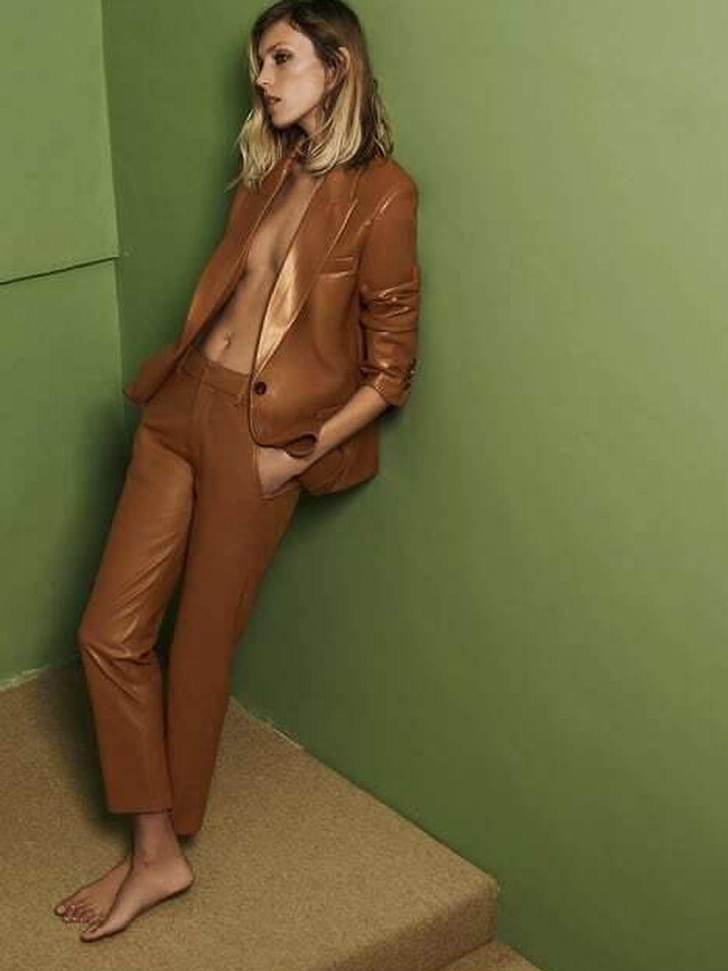 Pantalón y chaqueta efecto piel de Zara. (Cortesía)