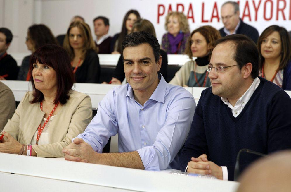 Foto: Pedro Sánchez, flanqueado por Micaela Navarro y César Luena, al comienzo de la reunión del comité federal de este 29 de febrero. (EFE)