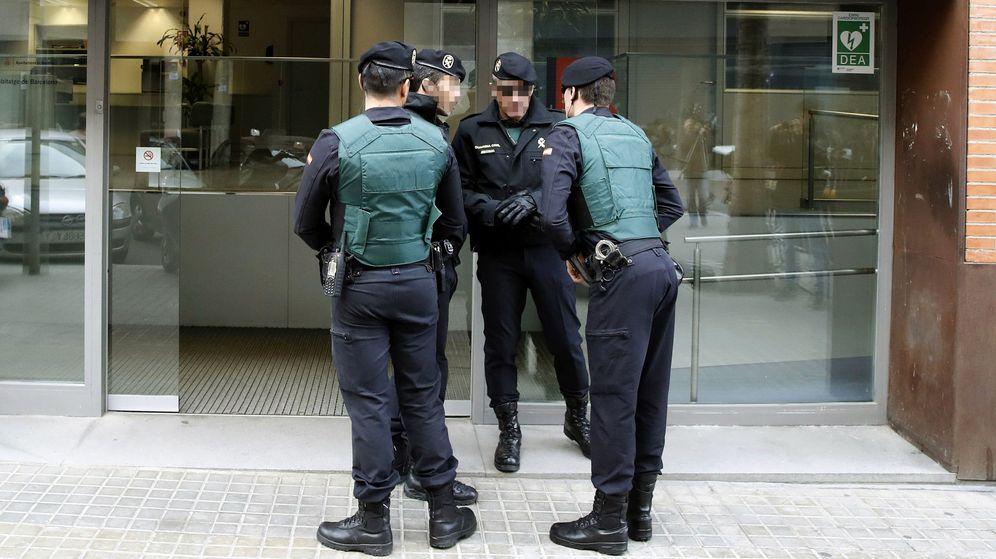 Foto: Agentes de la Guardia Civil custodian la entrada de la sede de Bimsa (Barcelona d'Infraestructures Municipals SA) durante el el registro llevado a cabo en el marco de la operación Pika. (EFE)