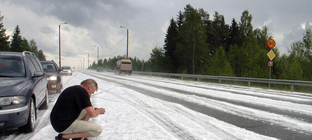 Foto: Un hombre en una carretera cubierta de hielo tras una tormenta de verano en Kuopio, en el centro de Finlandia. (Reuters)