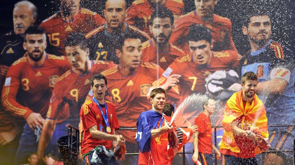 Foto: Xabi Alonso y Piqué, en la celebración del Mundial ganado por España en 2010. (EFE)