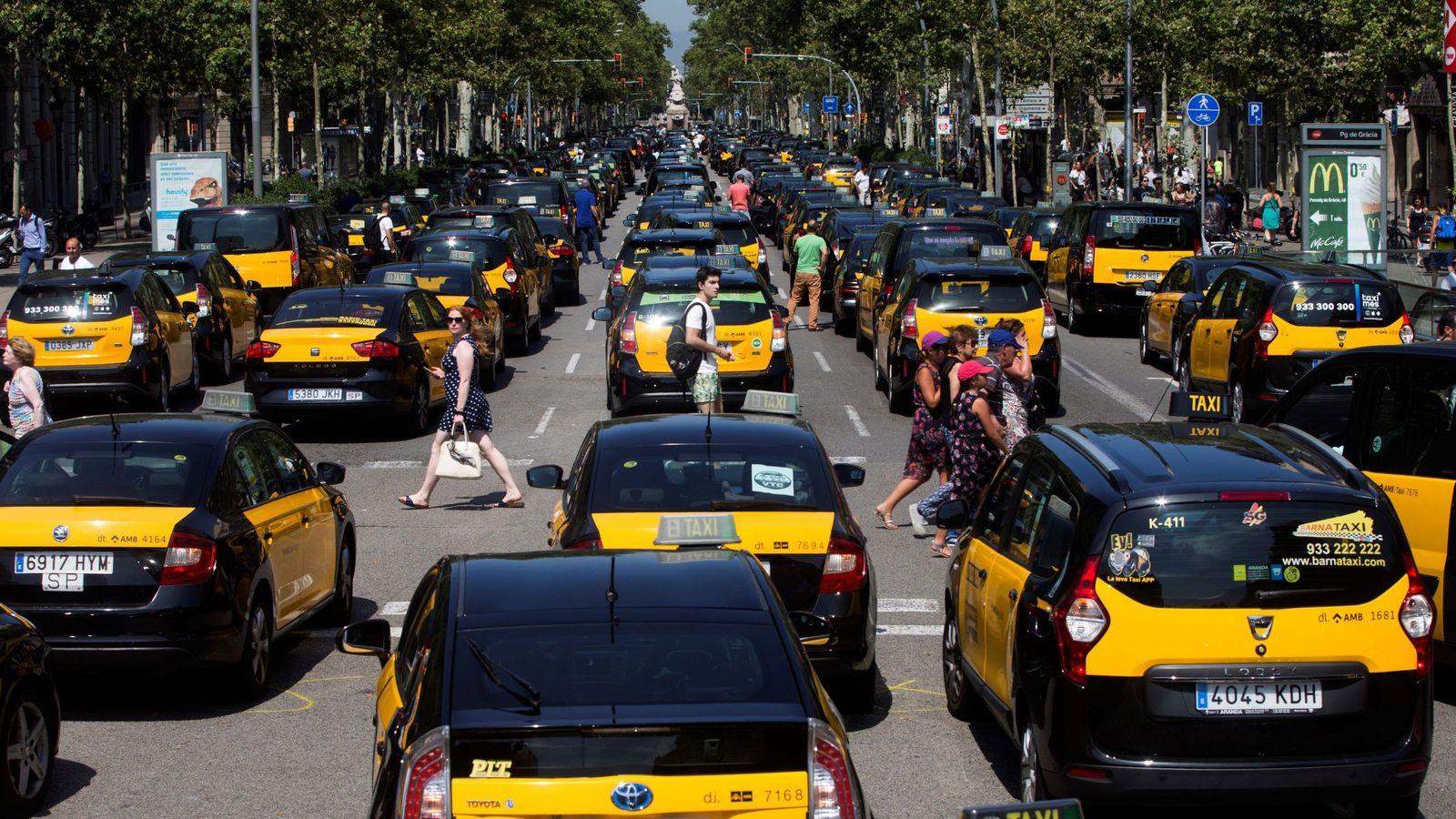 Foto: Protesta del taxi en Barcelona el pasado verano contra Uber y Cabify. (EFE)