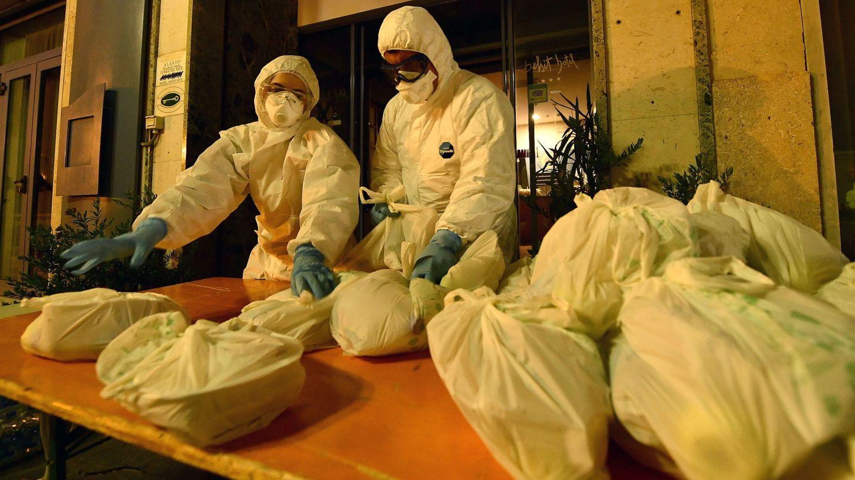 Dos sanitarios en Alassio, Italia, donde hay más de 30 personas en cuarentena. (Reuters)
