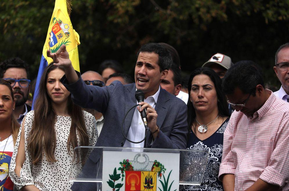 Foto: El jefe de la Asamblea Nacional de Venezuela (AN, Parlamento), Juan Guaidó (c), habla durante un cabildo abierto con cientos de sus simpatizantes. (EFE)