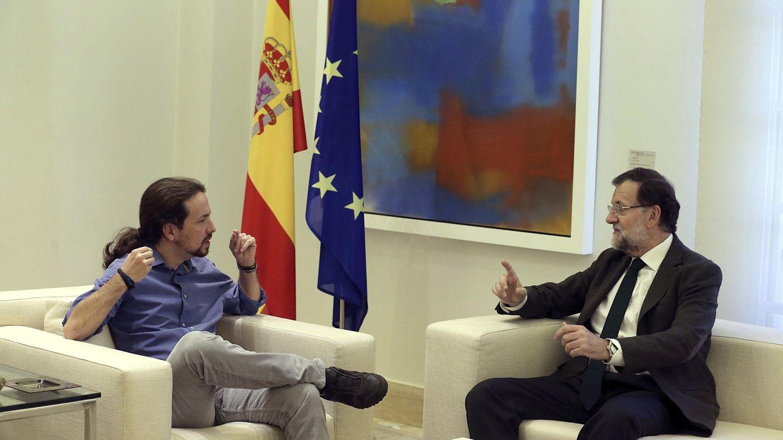 Foto: El presidente del Gobierno, Mariano Rajoy, ha recibido esta tarde en el Palacio de la Moncloa al líder de Podemos, Pablo Iglesias. (EFE)