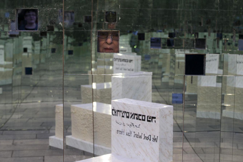 Foto: Una mujer observa una instalación hecha por The Parents Circle Families, un monumento dedicado a las víctimas futuras del conflicto, en Tel Aviv. (Reuters)