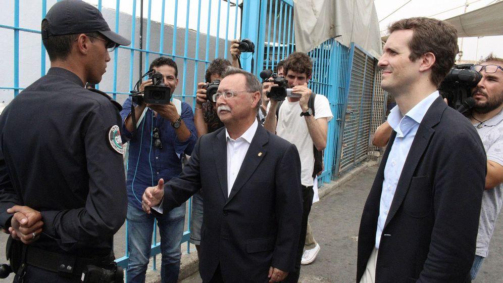 Foto: El presidente nacional del PP, Pablo Casado (d), acompañado por el presidente de la Ciudad Autónoma de Ceuta, Juan Jesús Vivas (c), cuando a este le han negado el saludo. (EFE)