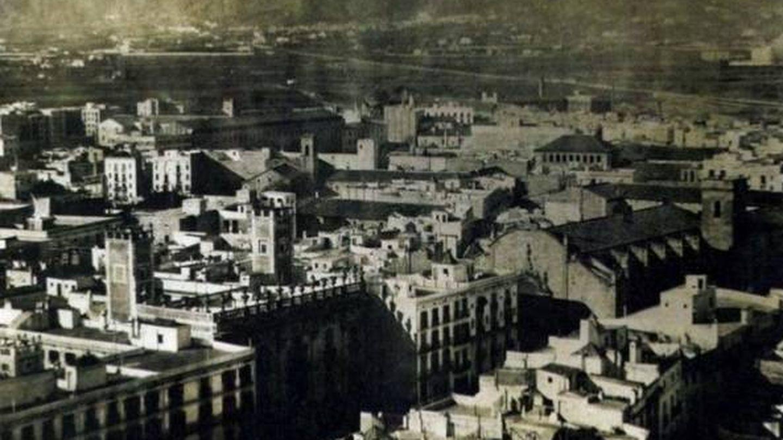 Fotografía de la época en la que se ve el llano de Barcelona al fondo, el actual Eixample y los barrios en 1855.