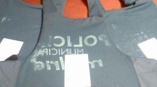 Los policías de Carmena sudan cada uno su camiseta y todos el mismo chaleco