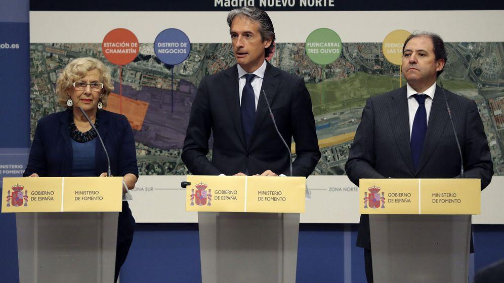 Foto: La alcaldesa de Madrid, Manuela Carmena, el ministro de Fomento, Íñigo de la Serna, y el presidente de Distrito Castellana Norte (DCN), Antonio Béjar.