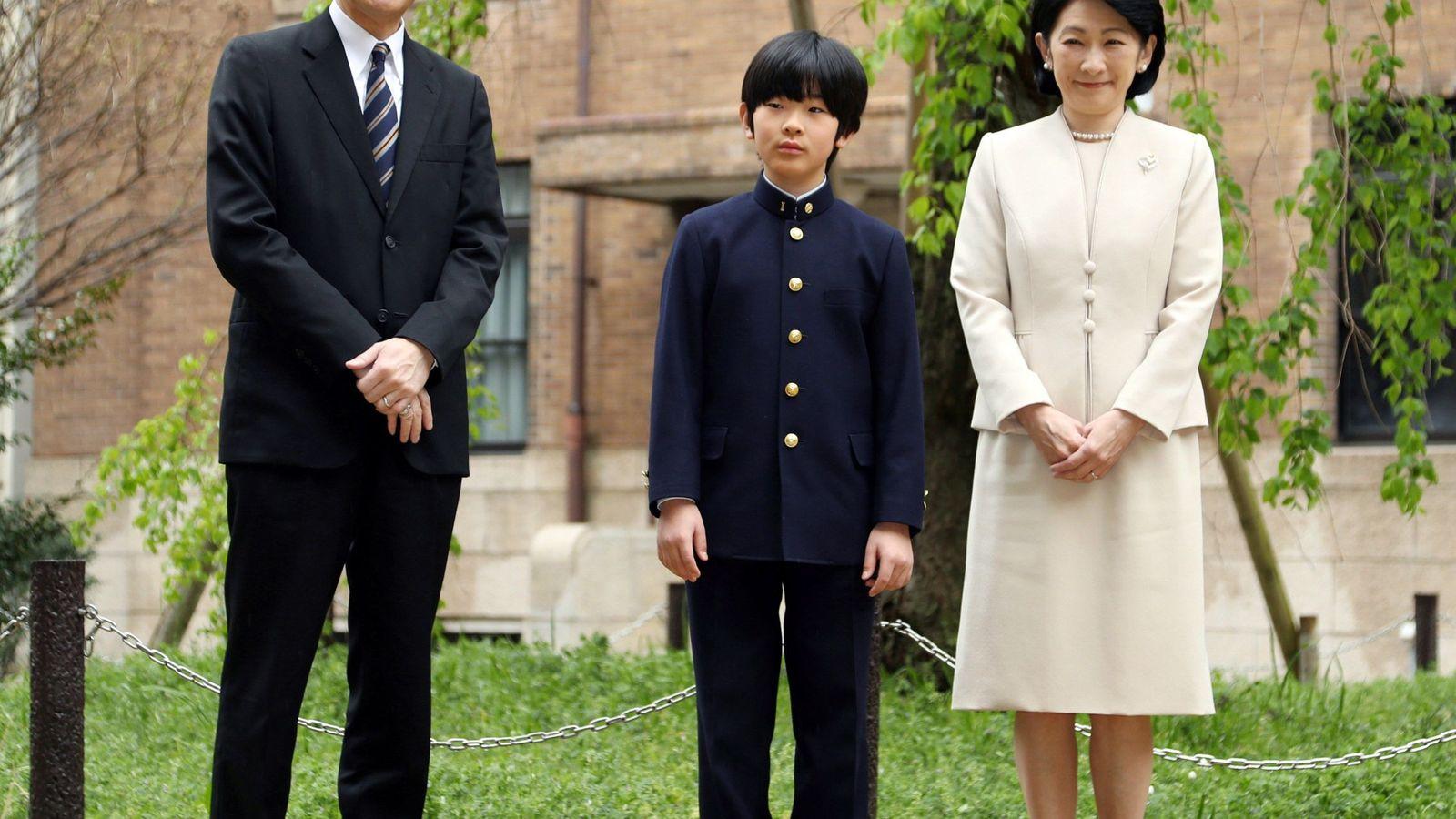 Foto: El príncipe heredero, con sus padres. (Reuters)