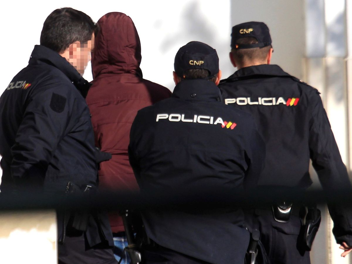 Foto: Imagen de agentes de la Policía Nacional trasladando a un detenido. (EFE)