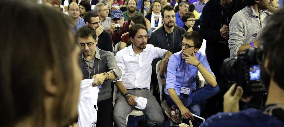 Foto: Juan Carlos Monedero (i), Pablo Iglesias (c) e Íñigo Errejón (d), en una asamblea ciudadana. (Efe)