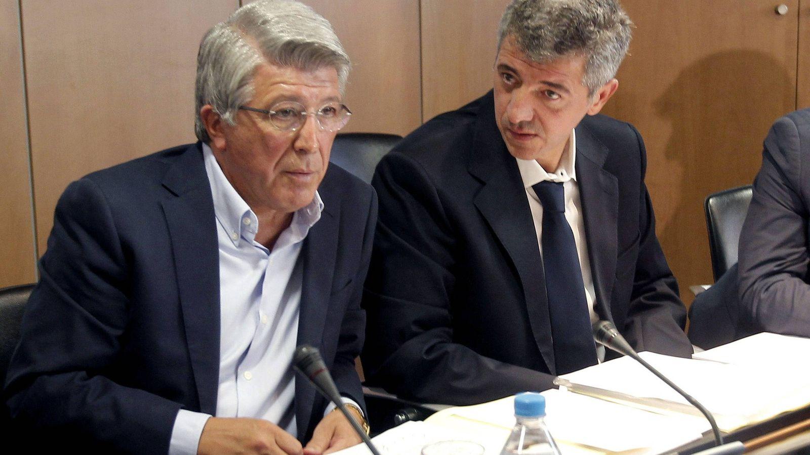 Foto: Enrique Cerezo y Gil Marín, presionados por la 'guerra' del escudo. (EFE)