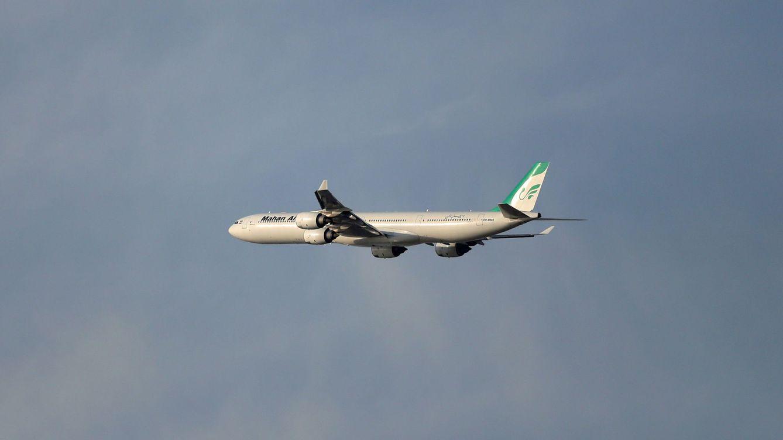 Dos cazas acosan a un avión comercial iraní en pleno vuelo y provocan varios heridos