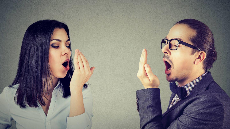 Este gesto, tan común, no es en absoluto fiable de cómo huele nuestro aliento (iStock)