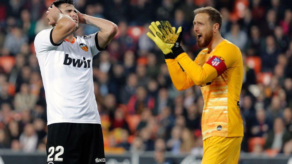 Foto: Maxi Gómez se lamenta de una ocasión perdida mientras Oblak anima a los suyos. (EFE)