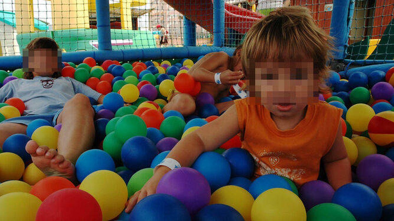 Niños en un parque de bolas. (EFE)