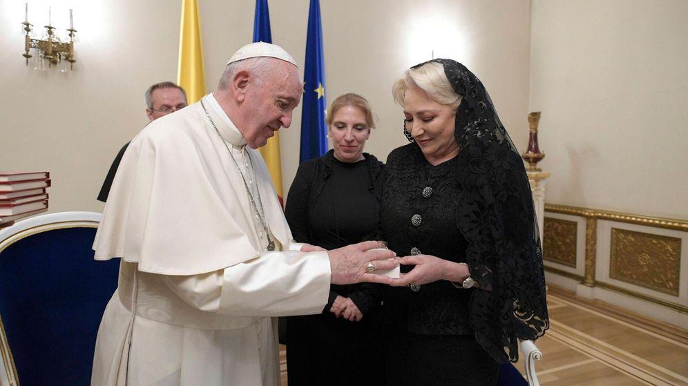 Foto: El papa Francisco y Vasilica Viorica Dancila, la primera ministra rumana. (EFE)