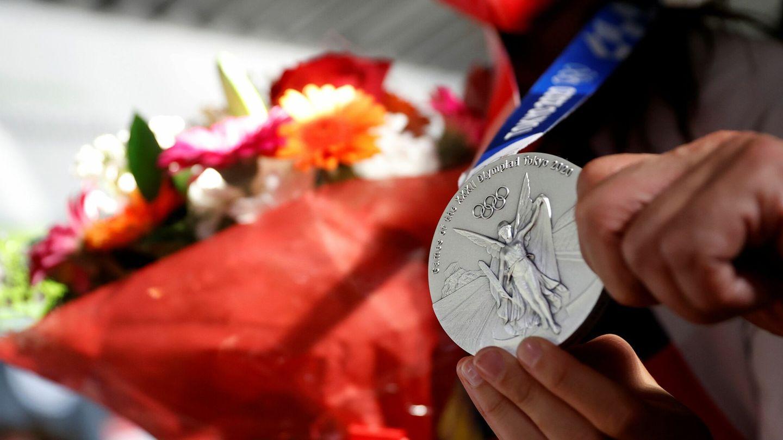 Adriana Cerezo muestra su medalla de plata en taekwondo -49 kilos. (EFE)