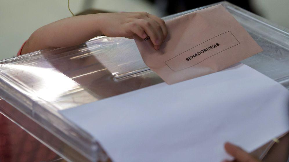 Foto: Una niña intenta meter el sobre en la urna electoral. (EFE)
