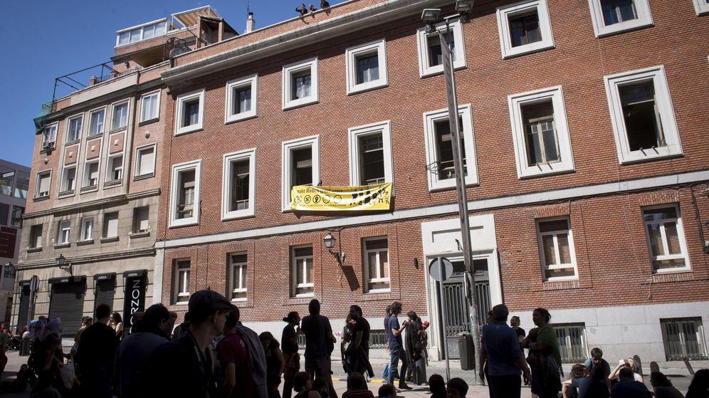Foto: Unas 20 personas okupan un edificio del que se desalojó al Patio Maravillas. (EFE)