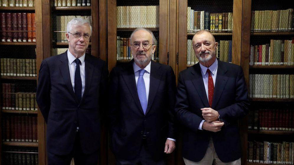 Foto: José Manuel Sánchez Ron (i), Santiago Muñoz Machado y Arturo Pérez Reverte (EFE)