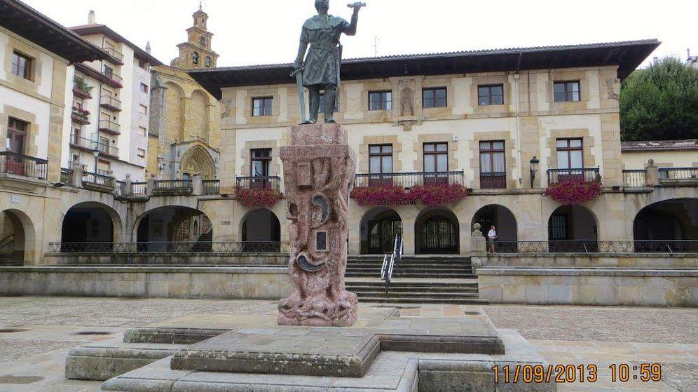 Foto: Estatua de Don Tello en la plaza de los fueros de Guernica.