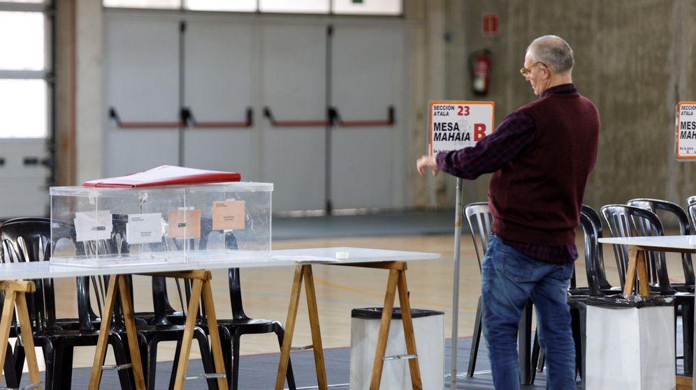 Foto: Un funcionario coloca la identificación en una mesa electoral de Vitoria. (Efe)
