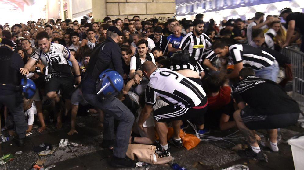 Foto: Hinchas de la Juve tratan de huir de la plaza de San Carlo en Turín. (Reuters)
