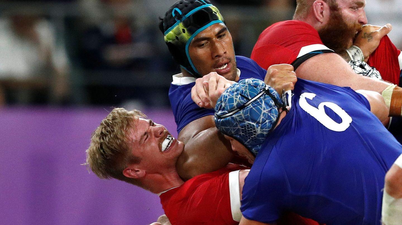El codazo del francés Sebastien Vahaamahina a Aaron Wainwright por el que fue expulsado. (Reuters)