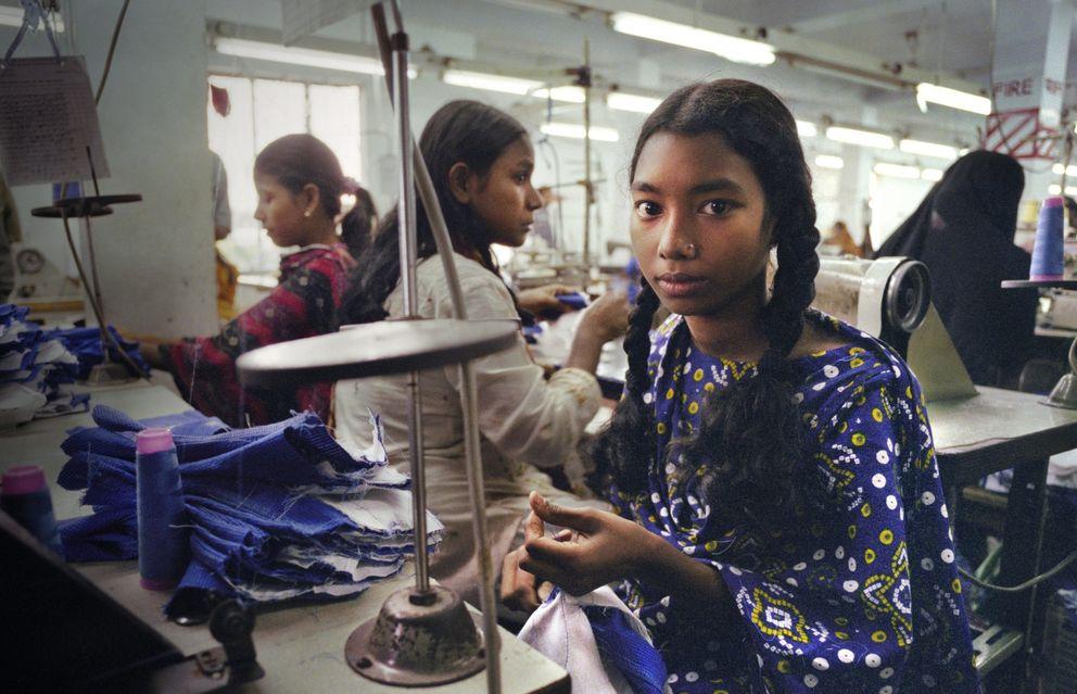Foto: Una joven india trabajando en una de las fábricas textiles de Tamil Nadu.