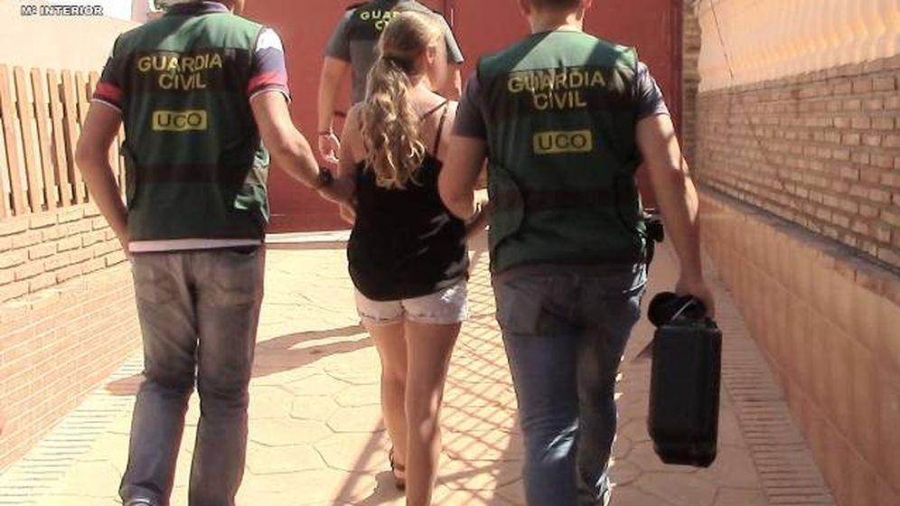 Foto: Momento de la detención de la acusada por agentes de la Guardia Civil. (Guardia Civil)